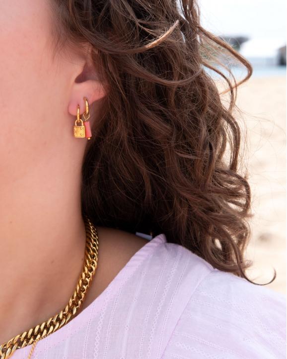 Trendy oorringetjes in het oor van het model