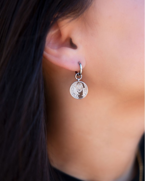 Zilveren coin oorbellen in oor