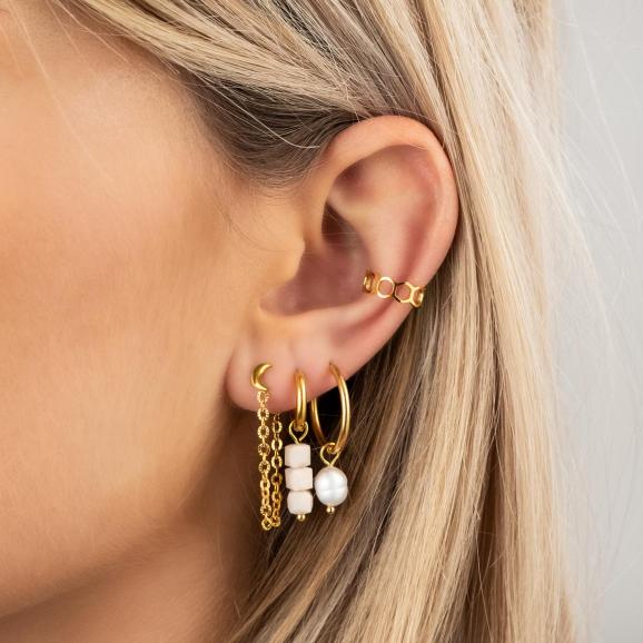 Model draagt ketting oorbellen met maantje