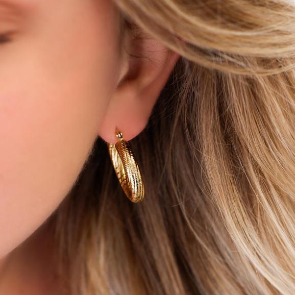 Chunky oorringen in het oor in een gouden kleur