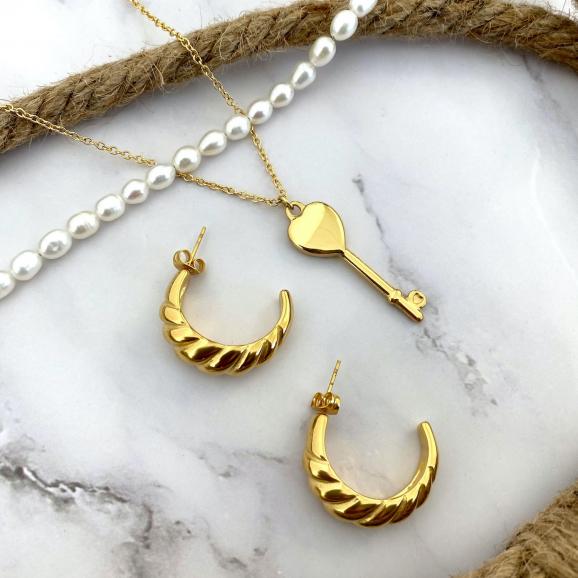 Mix van gouden oorbellen en kettingen