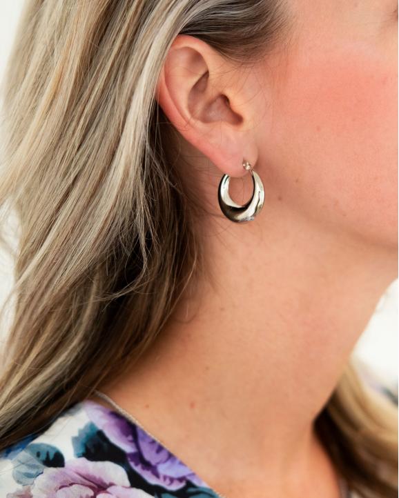Mooie chunky creolen in het oor van het model in het zilver