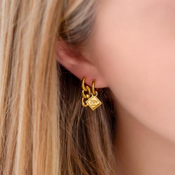 Meisje draagt gouden oorbellen mix in oren
