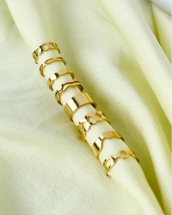 Gouden ear cuffs op satijn