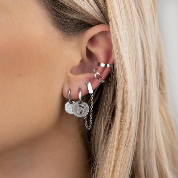 Mix van zilveren oorbellen in oor