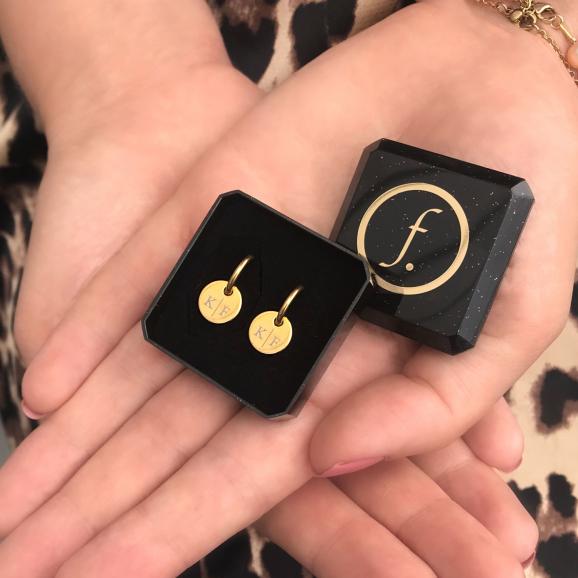 Gouden sieraden in een sieradendoosje met handjes