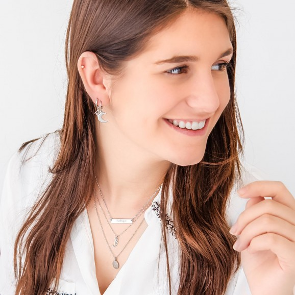 Vrouw draagt populaire bar ketting met sierletters om