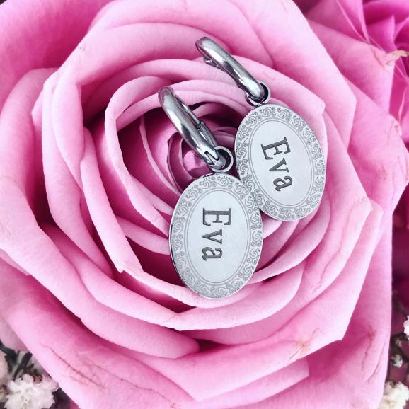 Zilveren naam oorbellen op roze rozen