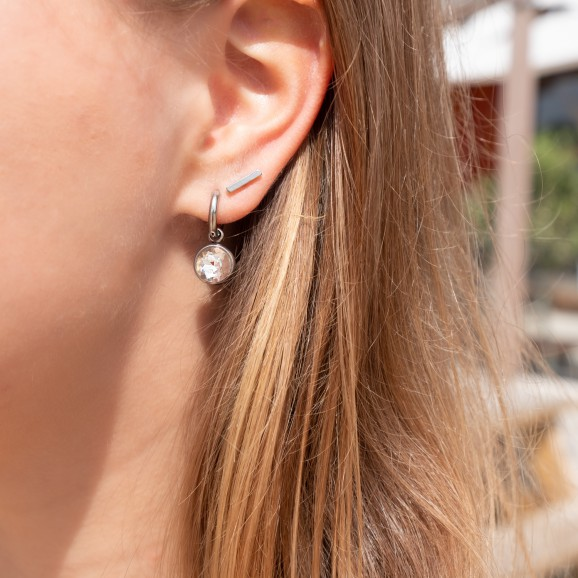 Zilveren oorbellen in oor