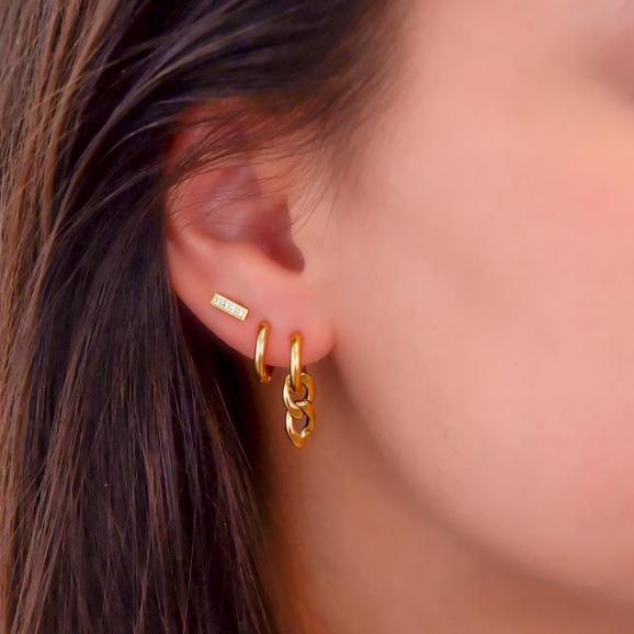 Trendy oorbel met schakels in het oor