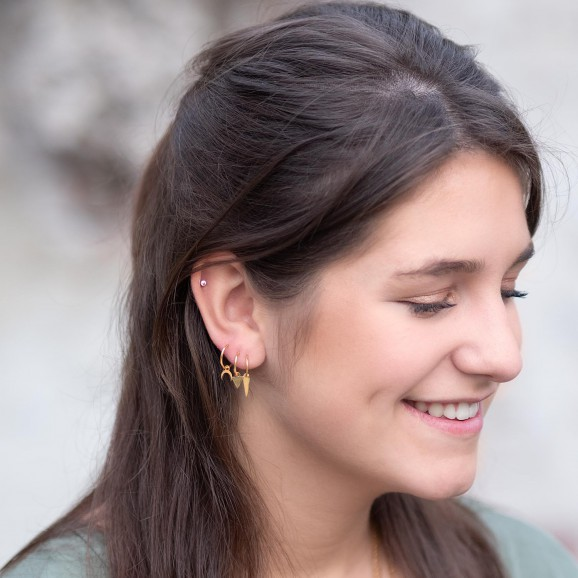 Gouden oorbellen met een hangertje voor een earparty