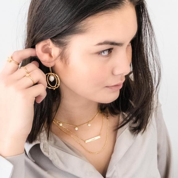gouden ketting met bar bij een jonge vrouw om te dragen