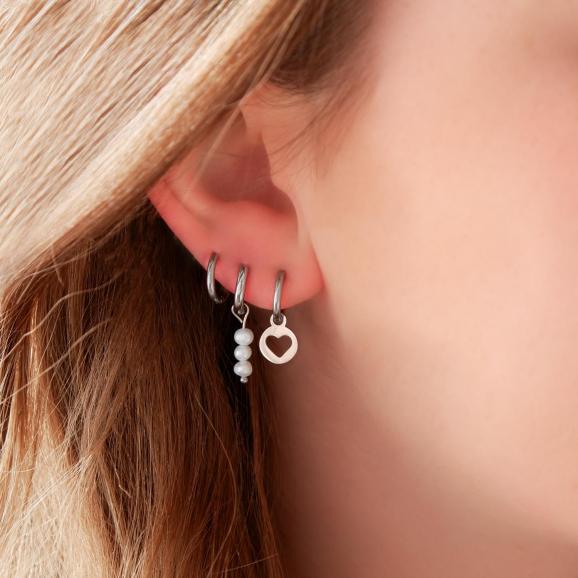 Leuke parel oorringetjes in het zilver in het oor