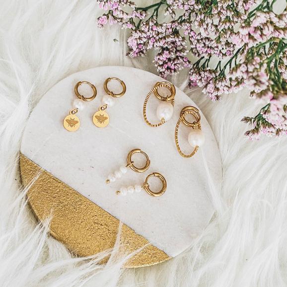 gouden oorbellen op een plaatje voor een complete look