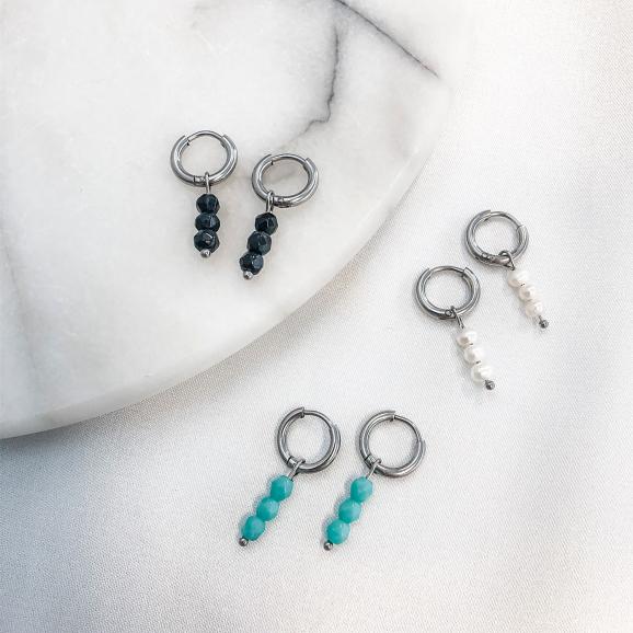 oorringetjes met steentjes op een plaatje voor een complete look