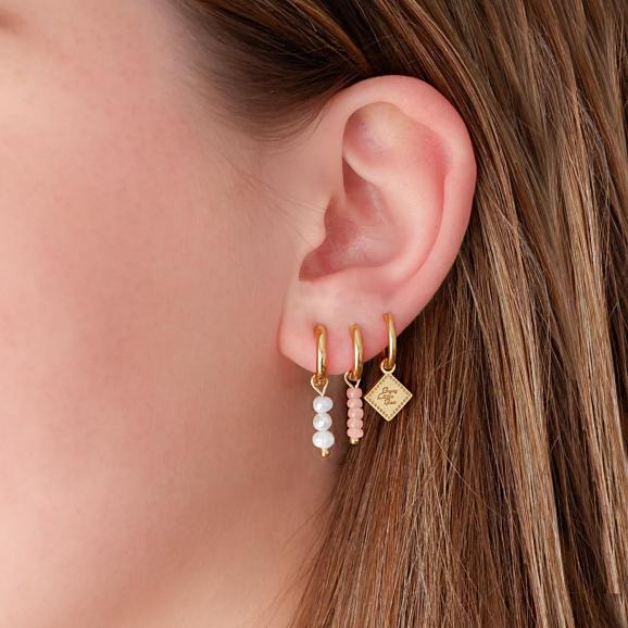 Trendy oorbellen met pareltje in het oor