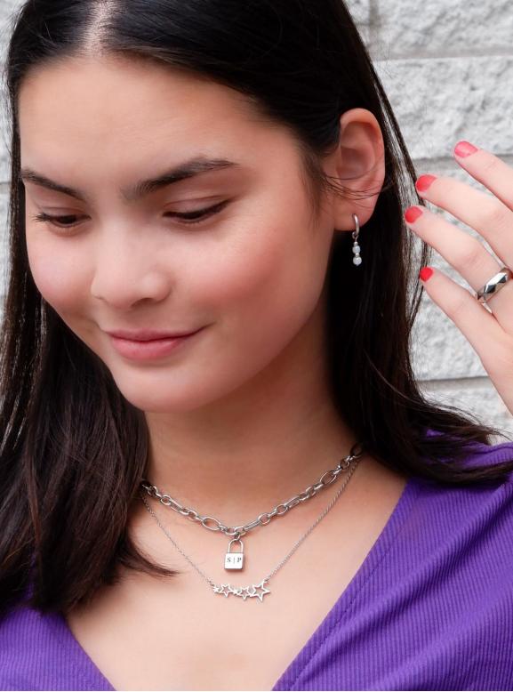 Trendy mix van sieraden in het zilver