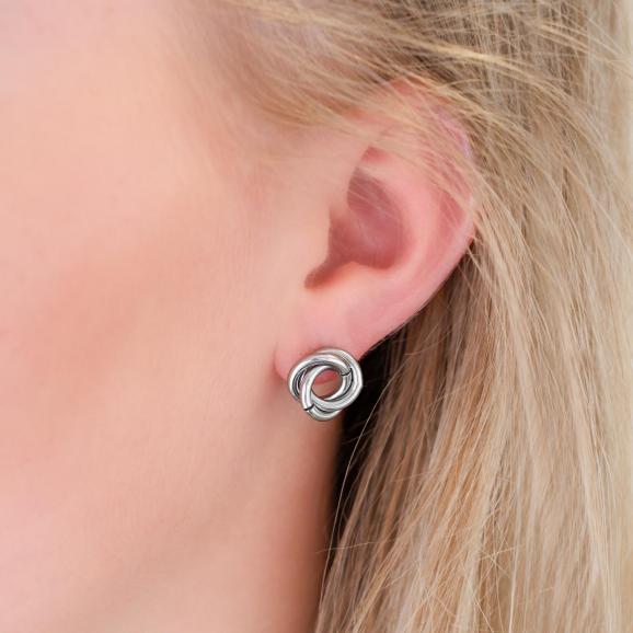 chunky stud oorbellen in het oor voor een complete look