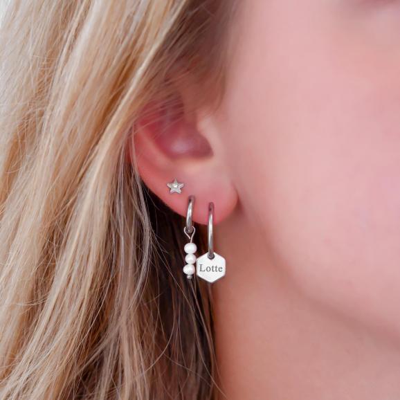 Minimalistische zilveren oorbellen look