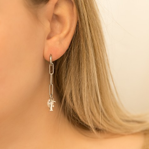 Chunky initial oorbellen met parel