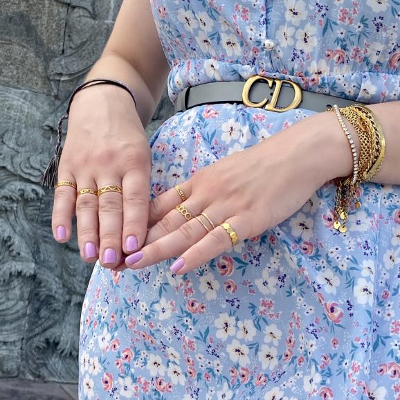 mix van gouden ringen om handen van model