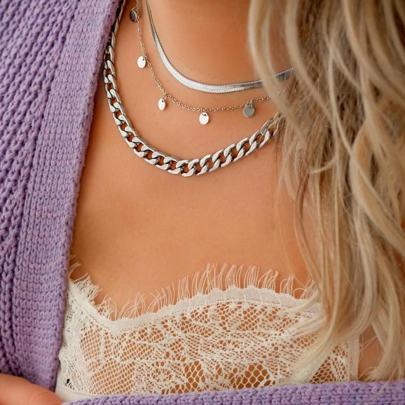 Mooie look met een sieradenset om de hals