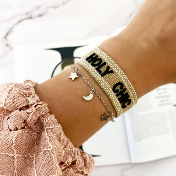 Vrouw draagt holy chic armparty om pols