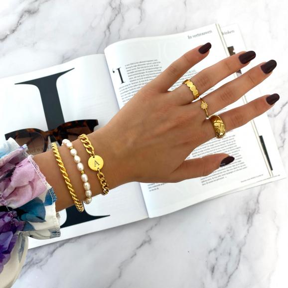Vrouw draagt Armbanden set chunky initial om pols