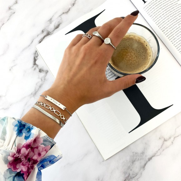 Vrouw draagt personal armparty om pols