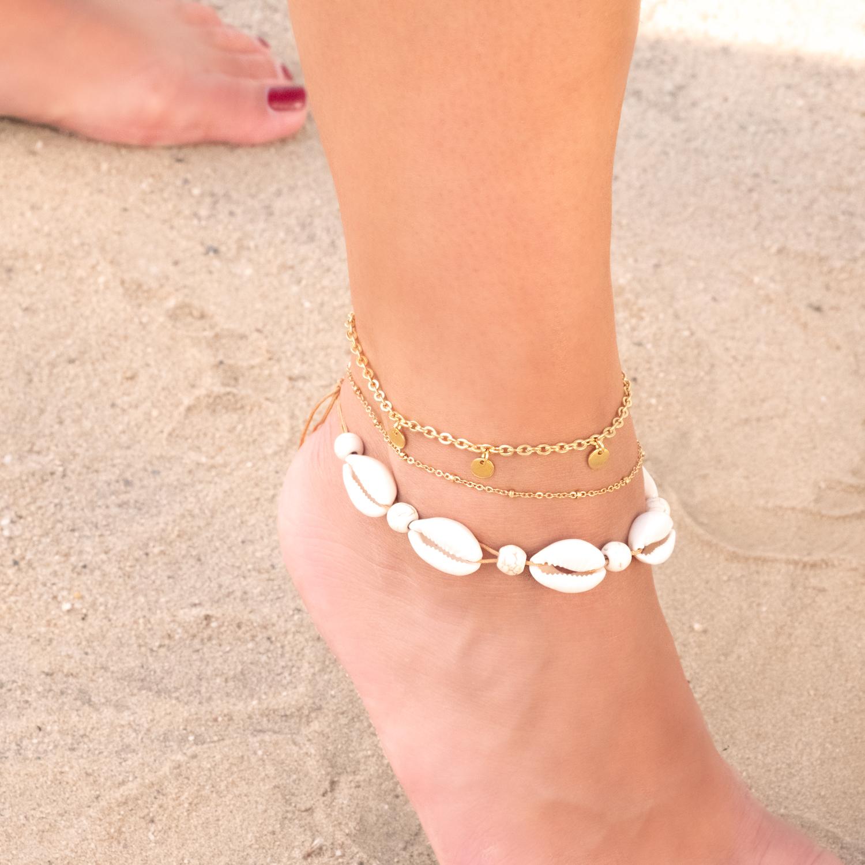 Gouden enkelbandje om de voet met schelpen armband