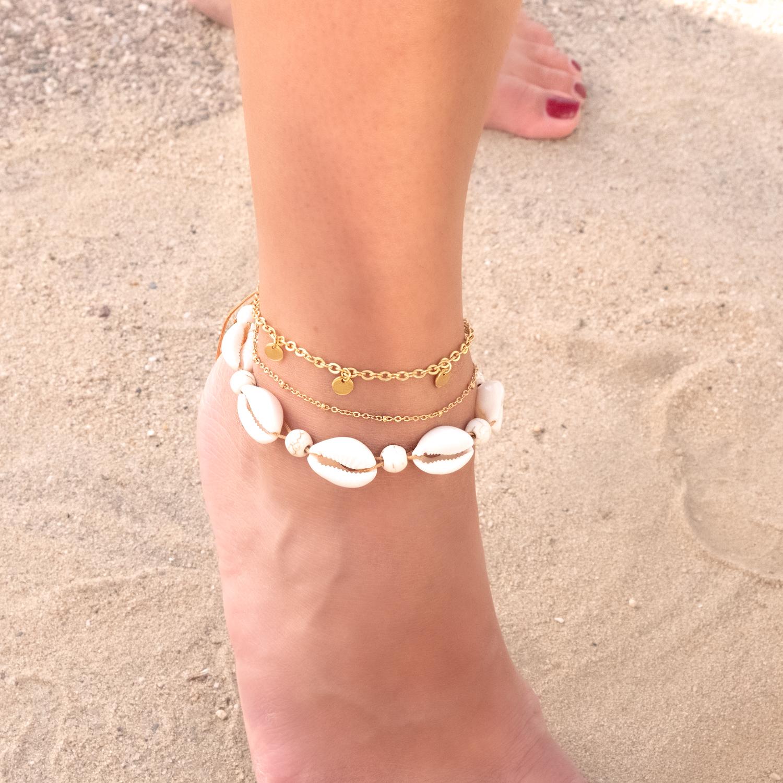 Zomers enkelbandje om te voet met andere gouden enkelbandjens