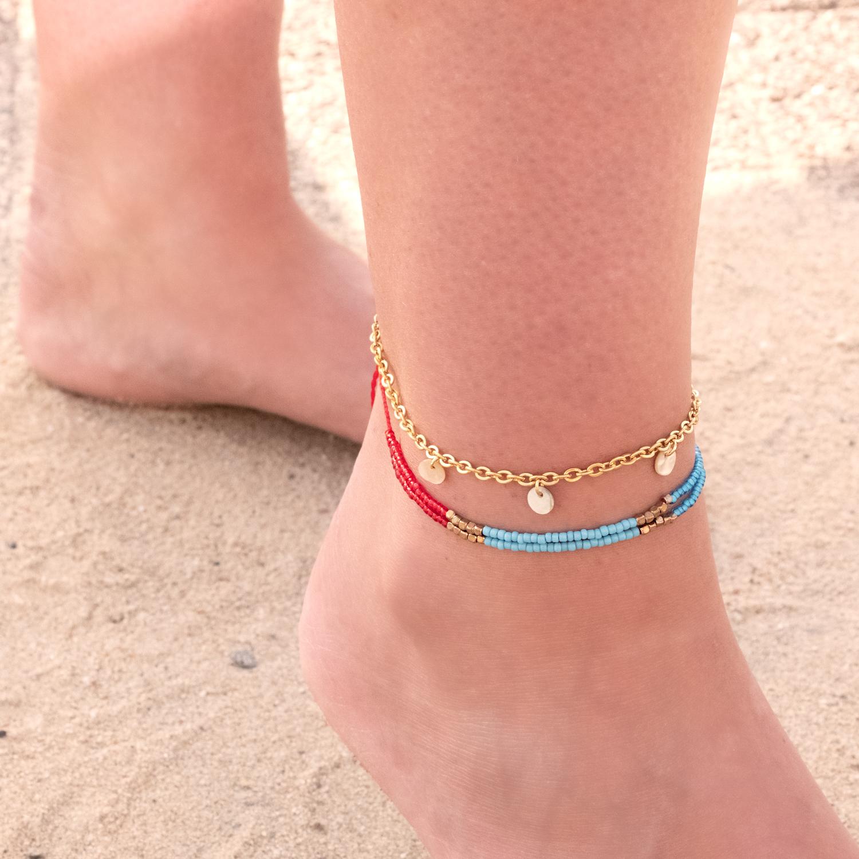 Enkelbandjes met kraaltjes om de voet in combinatie met anderen