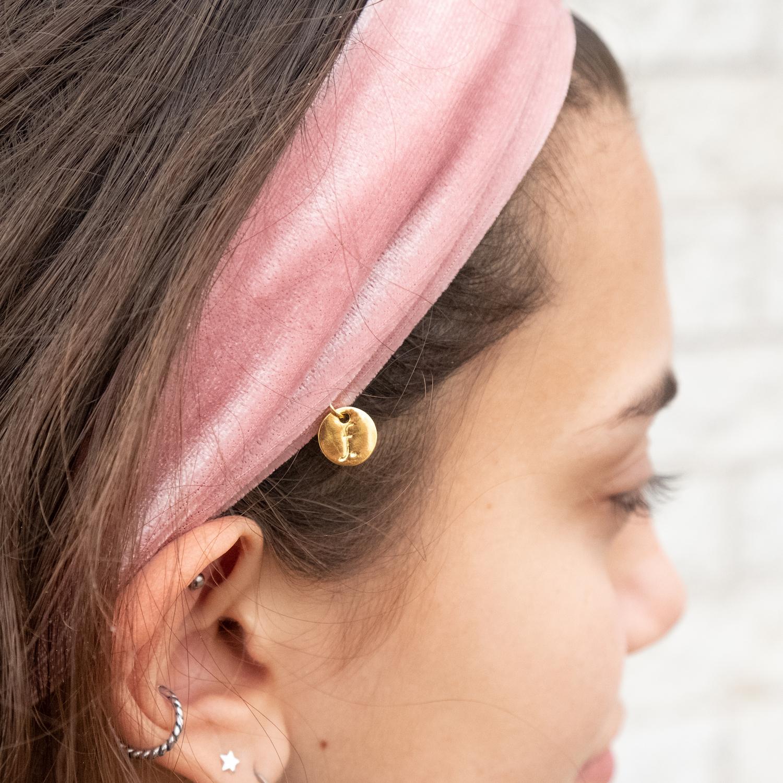 Detail van licht roze haarband