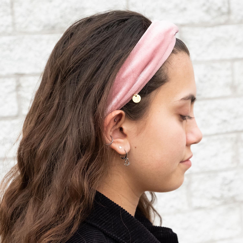 Meisje draagt licht roze haarband