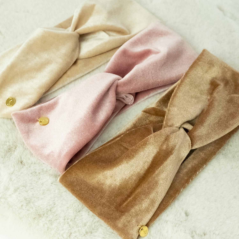 Verschillende gekleurde haarbanden op kleedje
