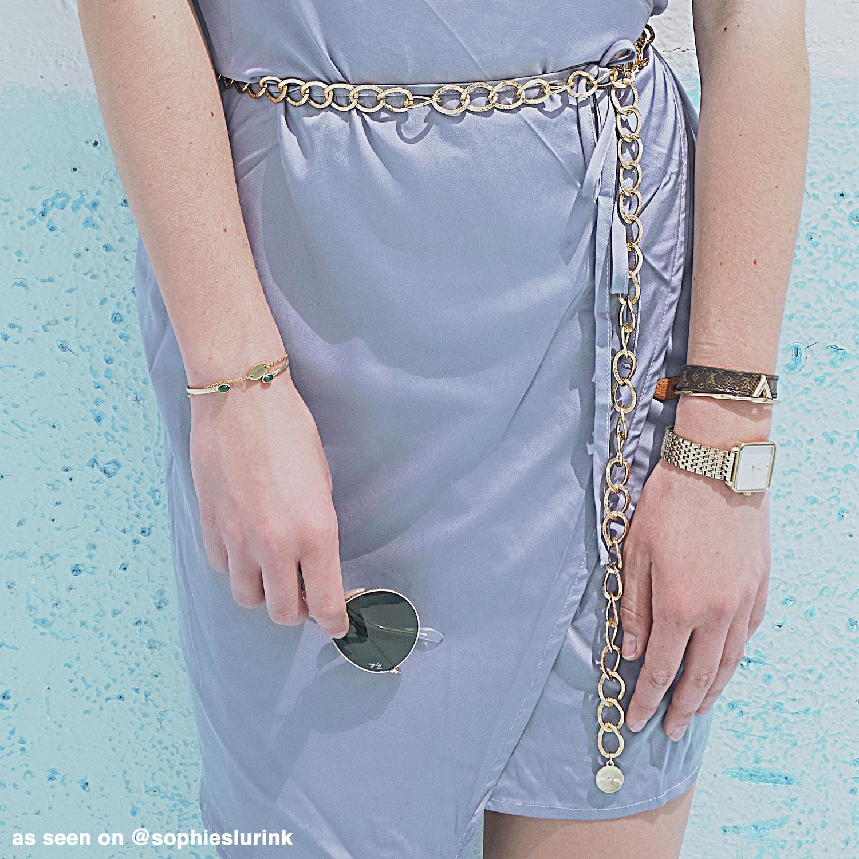 blogger met de gouden chain belt met hangertje om