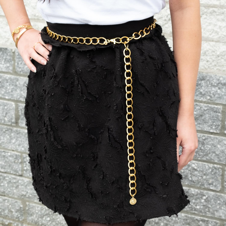 Gouden chain belt met zwart rokje om de taille
