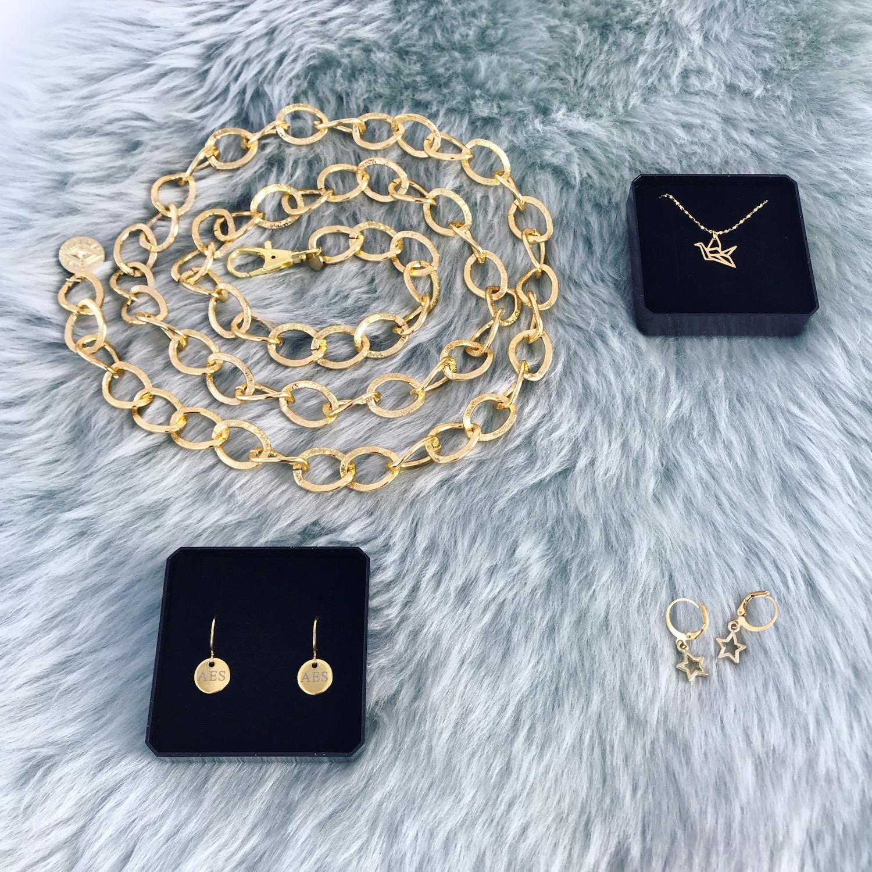 Leuke gouden accessoires met chain belt en sieraden in doosje