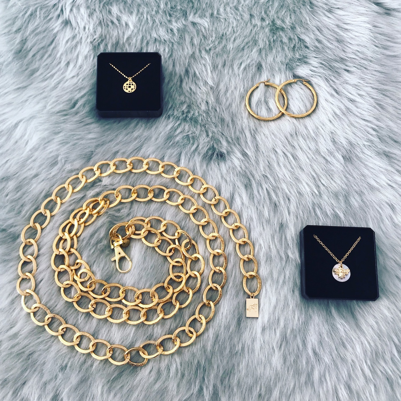 Verschillende gouden sieraden op kleedje