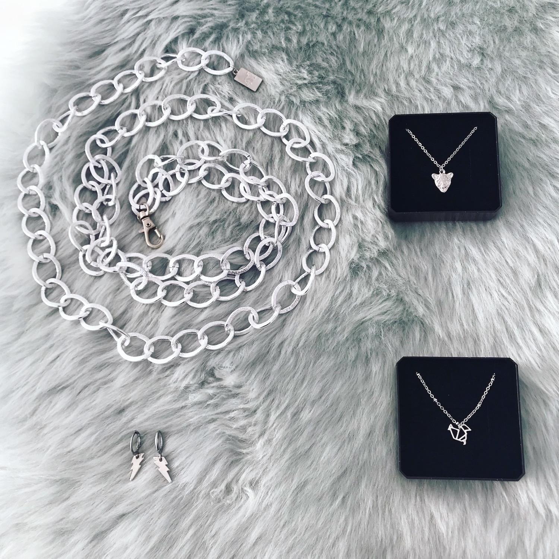 Verschillende zilveren sieraden bij kleedje