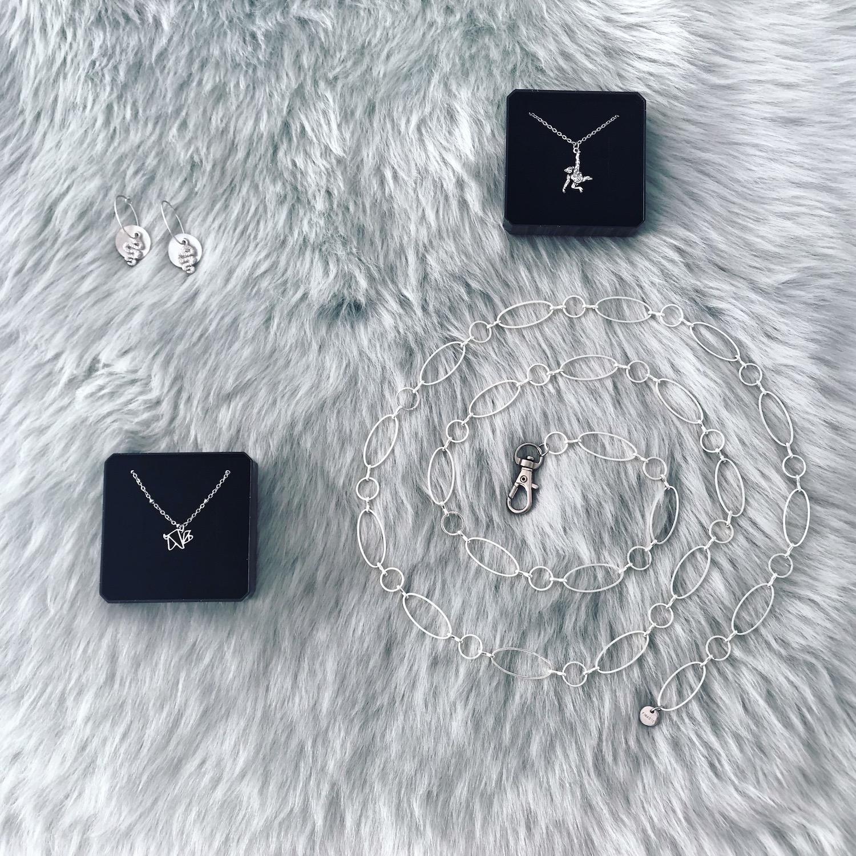 Verschillende zilveren sieraden op een kleedje