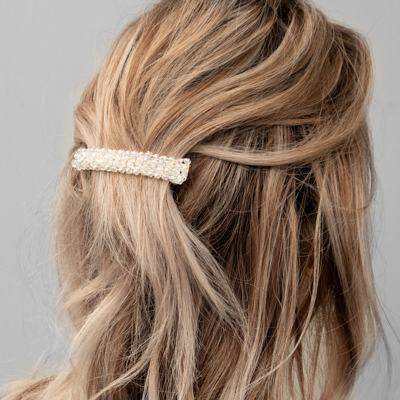 Detail foto van witte haarspeld bij blond haar
