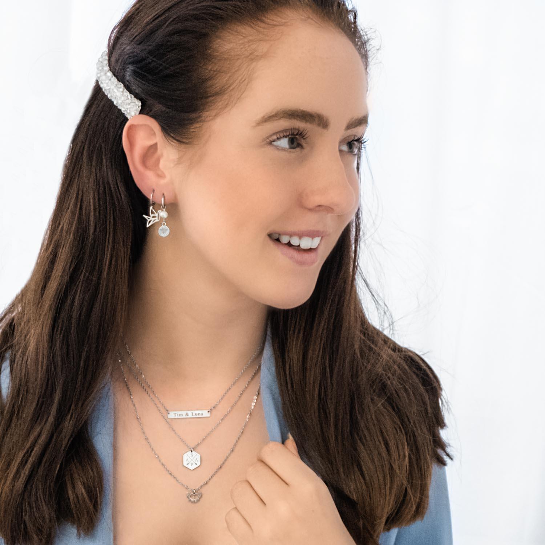 Vrouw draagt een set van mooie zilveren sieraden om te combineren