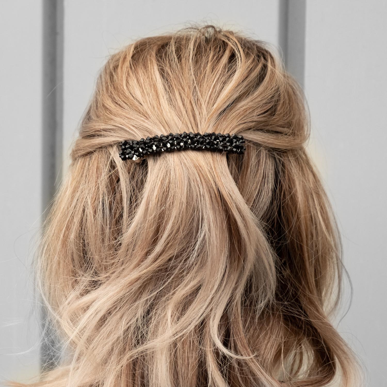 Zwarte sparkle haarspeld bij blonde haren