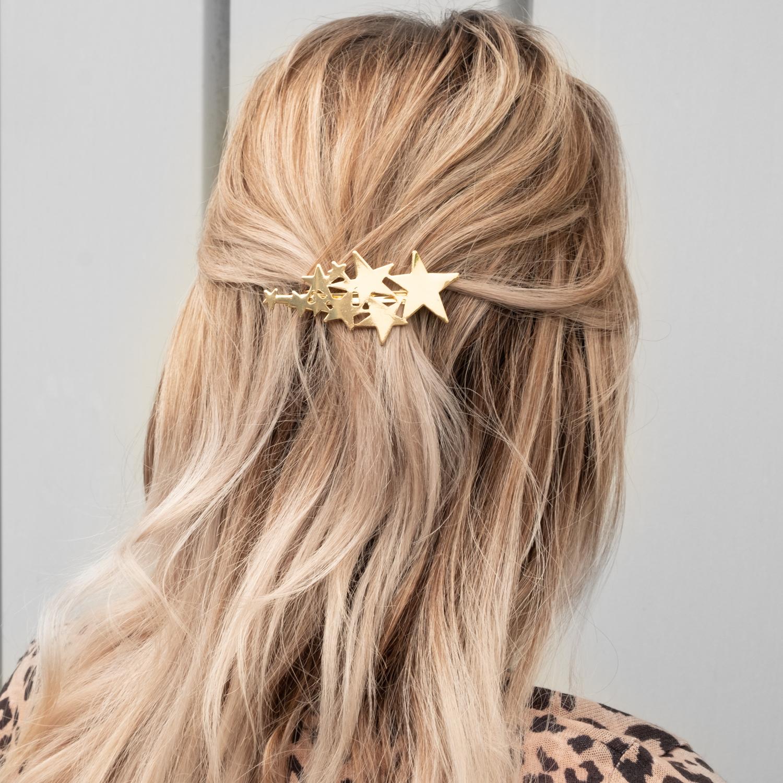 Gouden haarspeld bij vrouw met blonde haren
