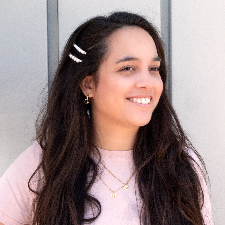 Vrouw draagt haarschuifjes met parel nieuw