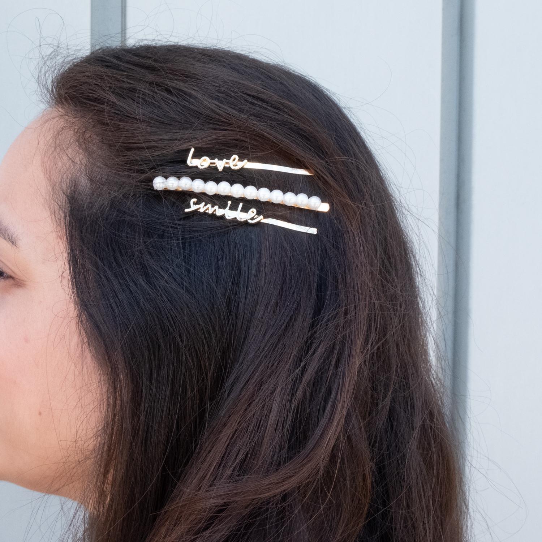Mix van verschillende haarschuifjes in het haar