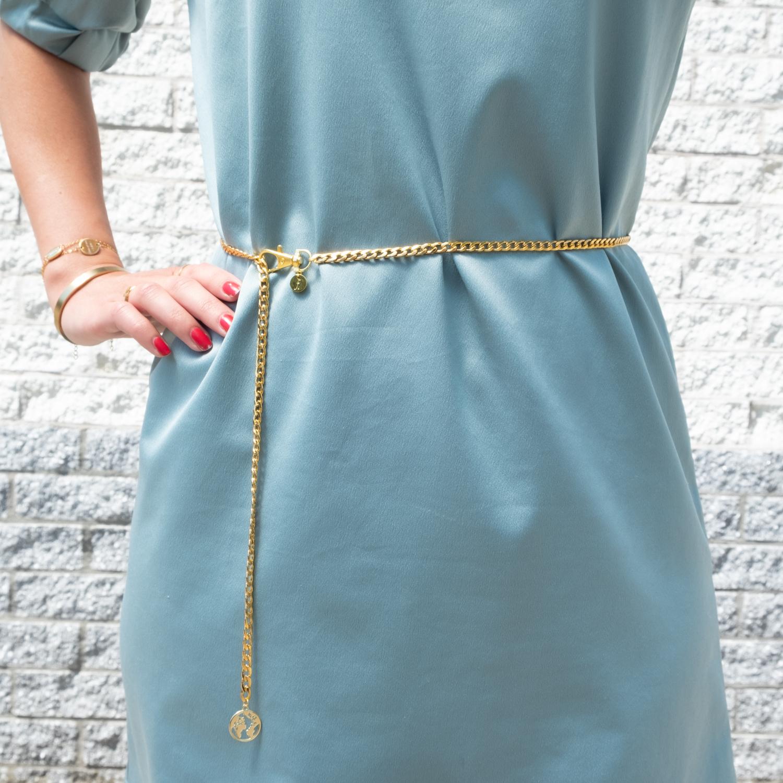 Gouden riem voor festival bij blauw satijnen jurkje