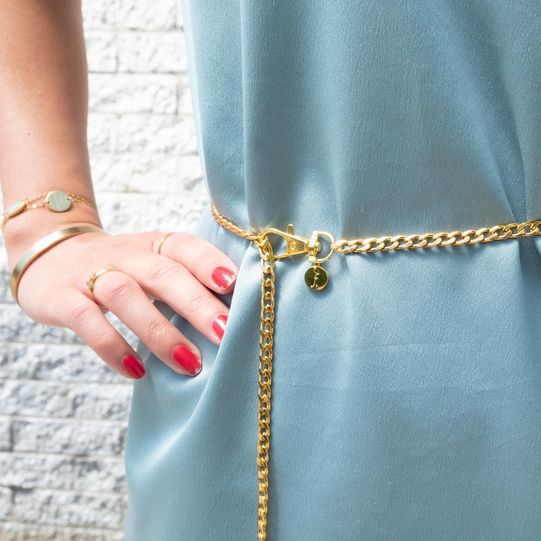 Gouden Chain Belt bij satijnen blauw jurkje