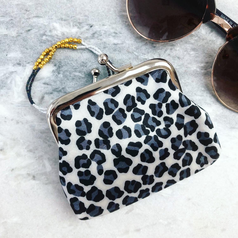 leopard portemonneetje met armbandje en zonnebril